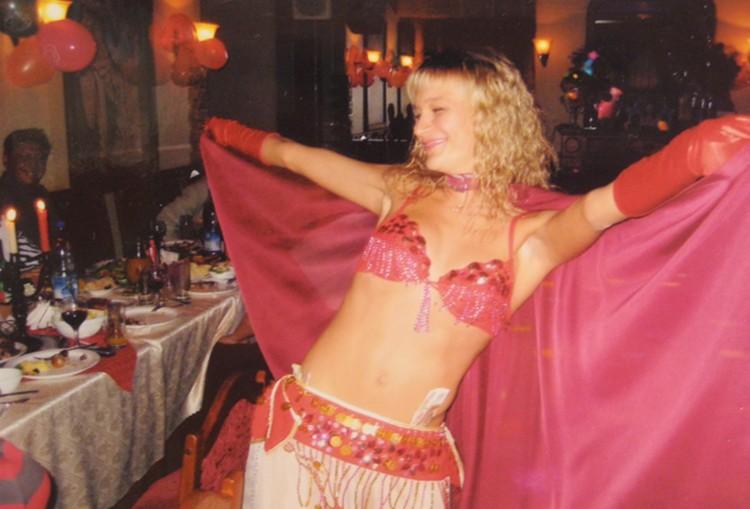 Женя Полухина танцует на банкете в кафе