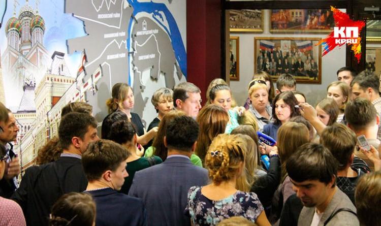 Сразу после окончания сенсационного заседания городской Думы Нижнего Новгорода все журналисты ринулись задавать вопросы главе города.