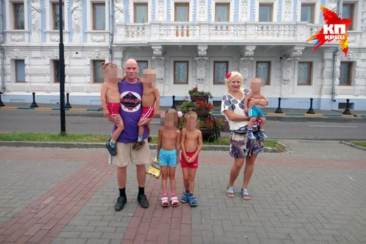 Юля, несмотря на наличие шестерых детей, ни разу не поболтала с мамочками у песочницы – говорила, муж запрещает