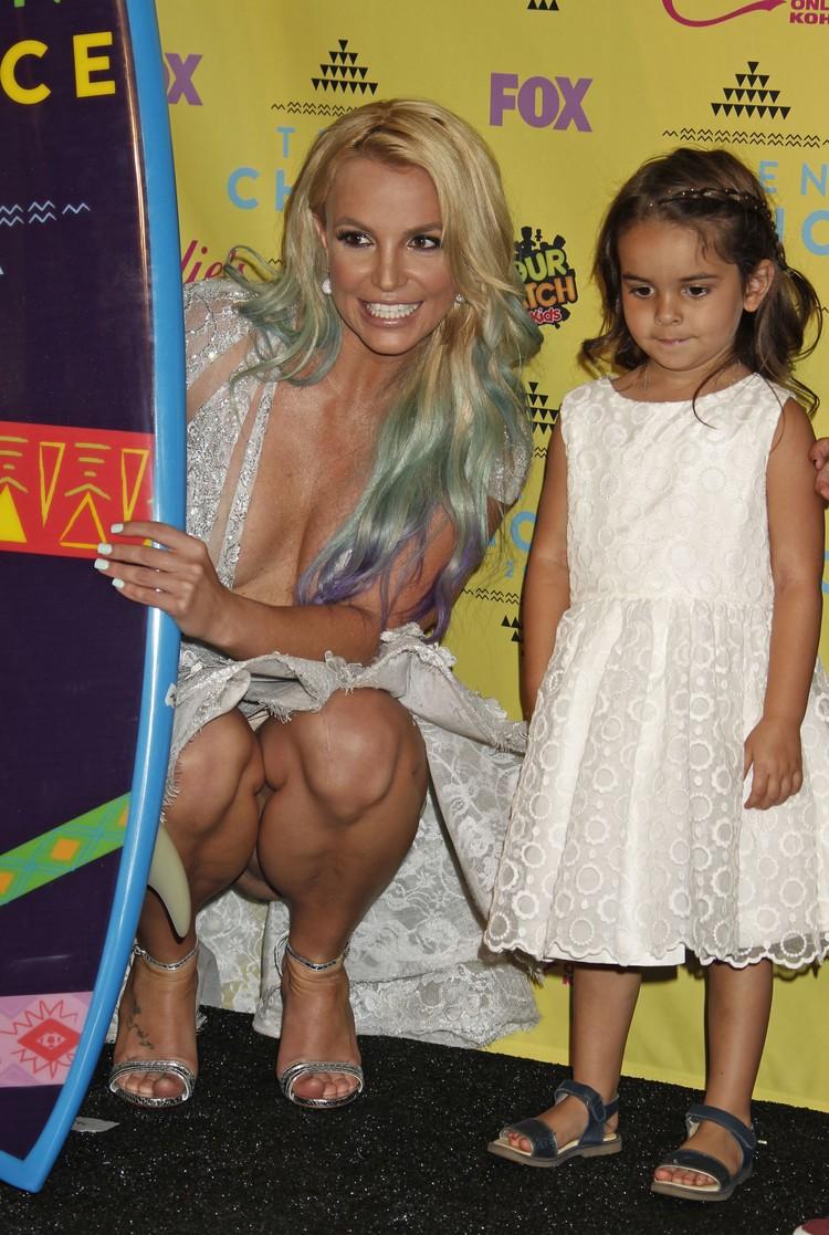 Награду 33-летней поп-исполнительнице вручали дети.