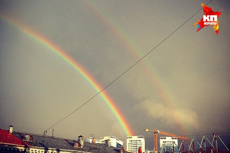 Вечером в понедельник над Москвой, после сильного дождя (и перед новым ливнем) зажглась двойная радуга.