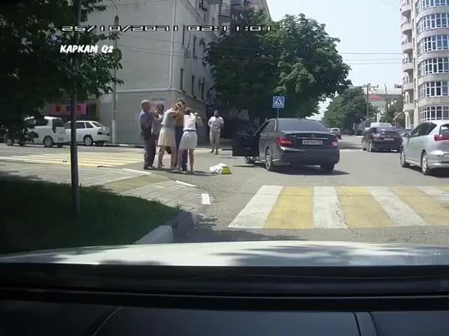 7c5bc6cd0511 В Новороссийске три девушки устроили драку на дороге
