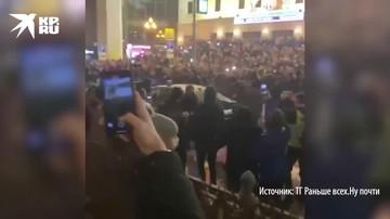 Протестующие громят автомобиль спецслужб