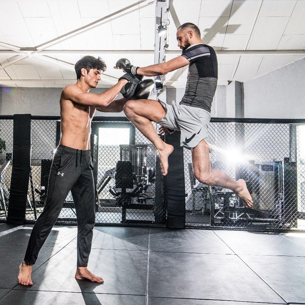 Братья качаются не для модных показов, а для участия в боях MMA. Ислам и Джабраил Дулатовы во время тренировки