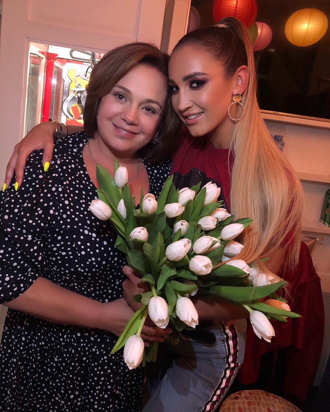 Ольга Бузова приехала домой, к маме