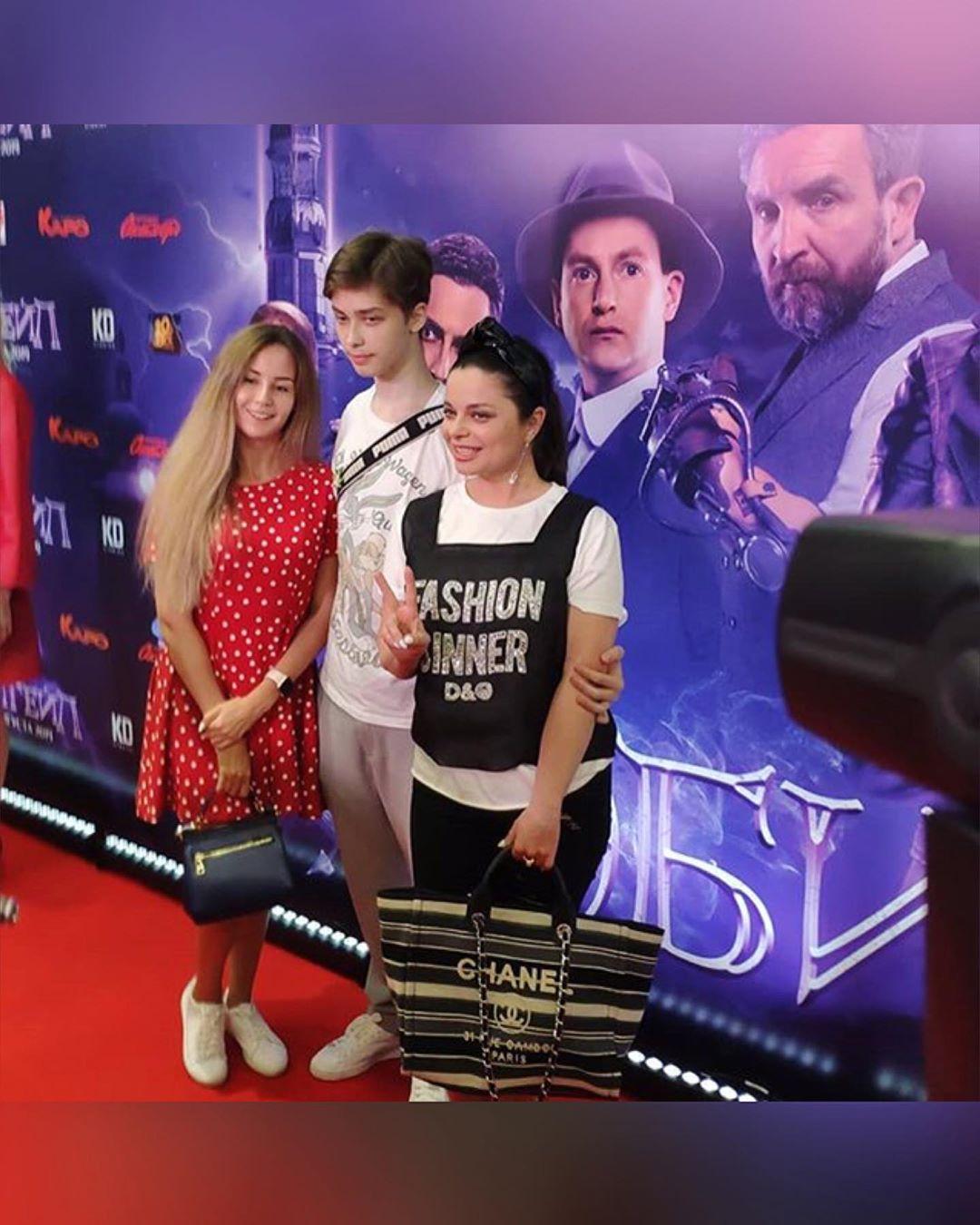 """Наташа вместе с сыном Архипом и его девушкой Марией посетила премьеру фильма """"Эбигейл"""""""