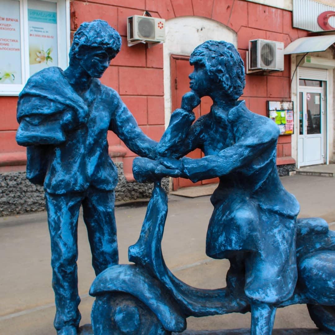Памятник влюбленным из железобетона установили в Черемхово в 2017 году