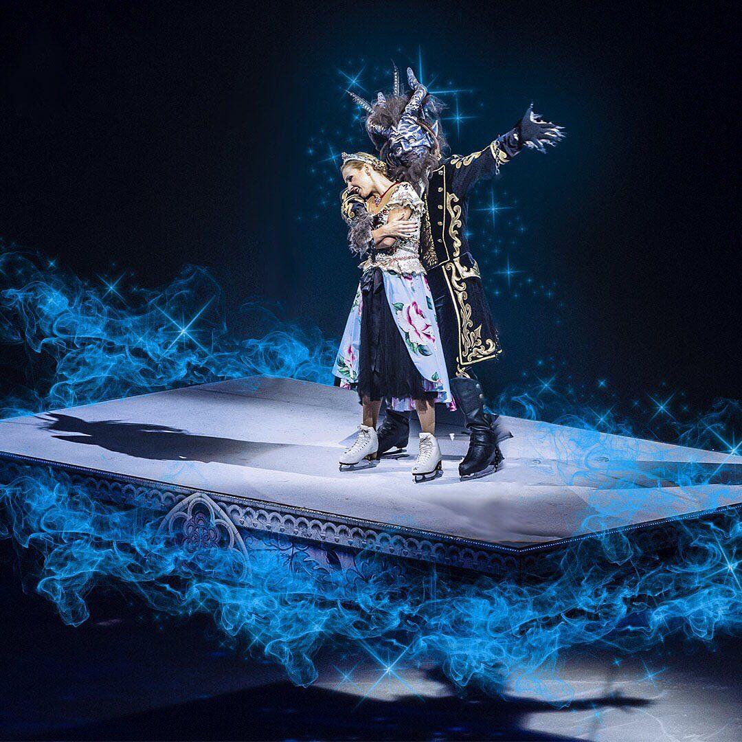 Зрителей удивляли не только кульбитами фигуристов, но и шикарными декорациями, гигантскими 3D-инсталляциями и огненным шоу