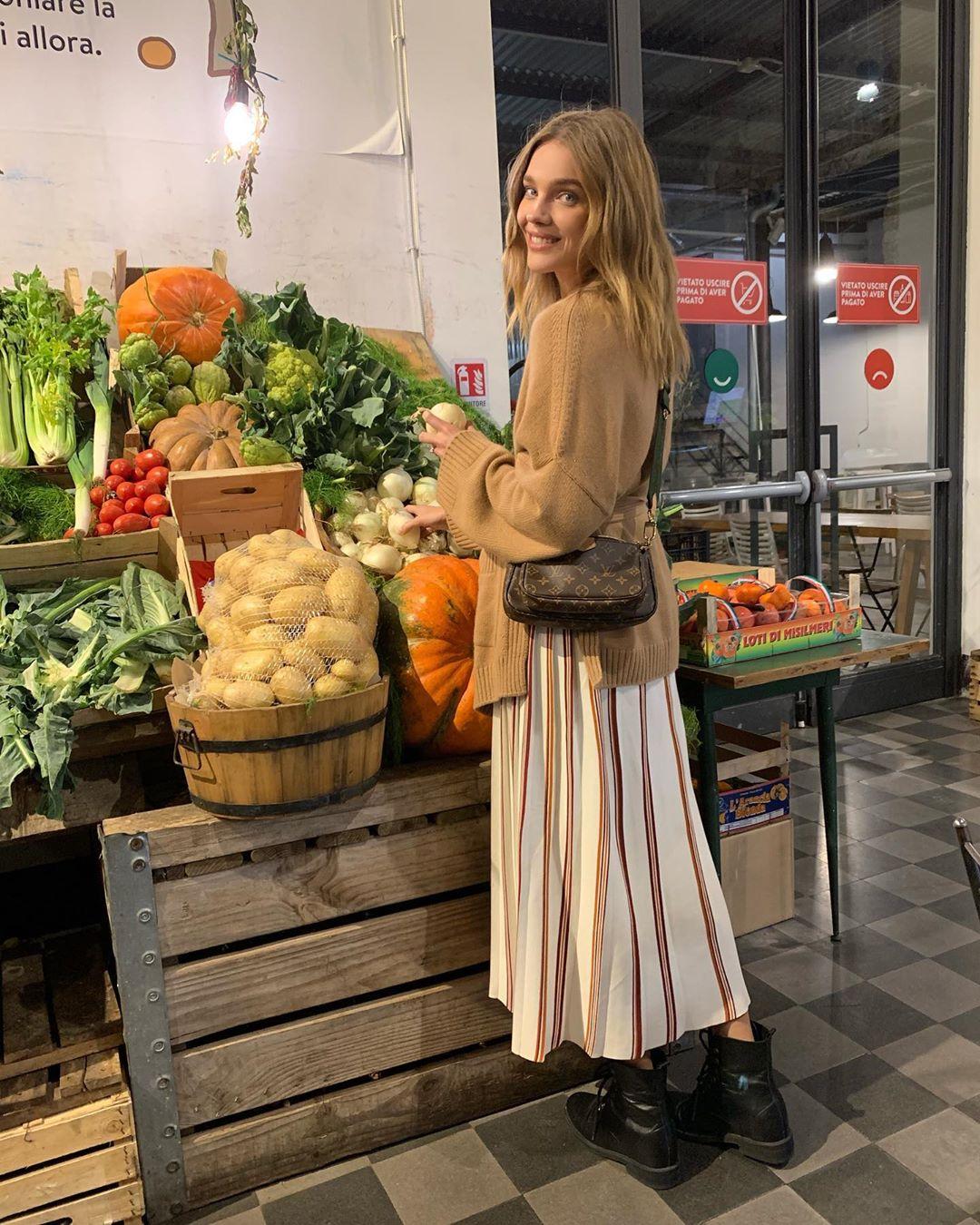 Во время поездки в Палермо Наталья Водянова заглянула на местный рынок