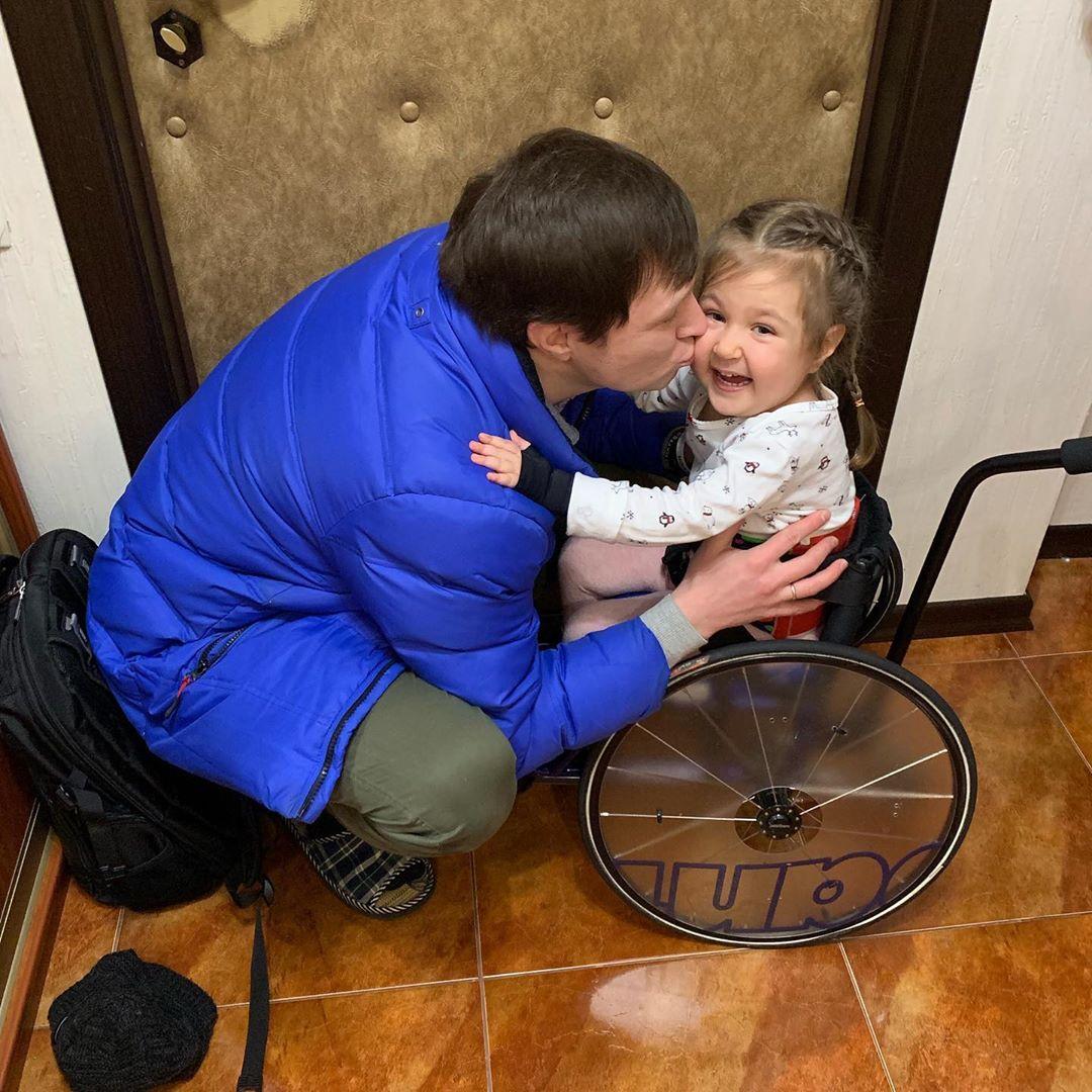 Пусть даже пока и так... на Но всё же как приятно, когда детки могут сами встретить своего папу с работы. Милая доченька, ОЧЕНЬ СИЛЬНО ТЕБЯ ЛЮБИМ!!! #Екатерина2go #КотенокСМА #СМАйлик #однойцепью #СпинальнаяМышечнаяАтрофия #СпинальноМышечнаяАтрофия #Spinraza #Спинраза #Zolgensma #Золгенсма #детство #инвалид #ребенокинвалид #дети