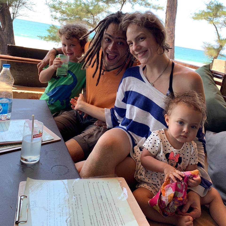 Сын Понаровской Энтони с женой и детьми решил переждать коронавирус на Гоа.
