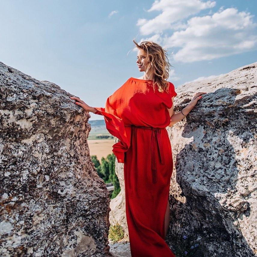 Прекрасная в красном. Наталья Поклонская в шелковом наряде в пол восхитила красотой