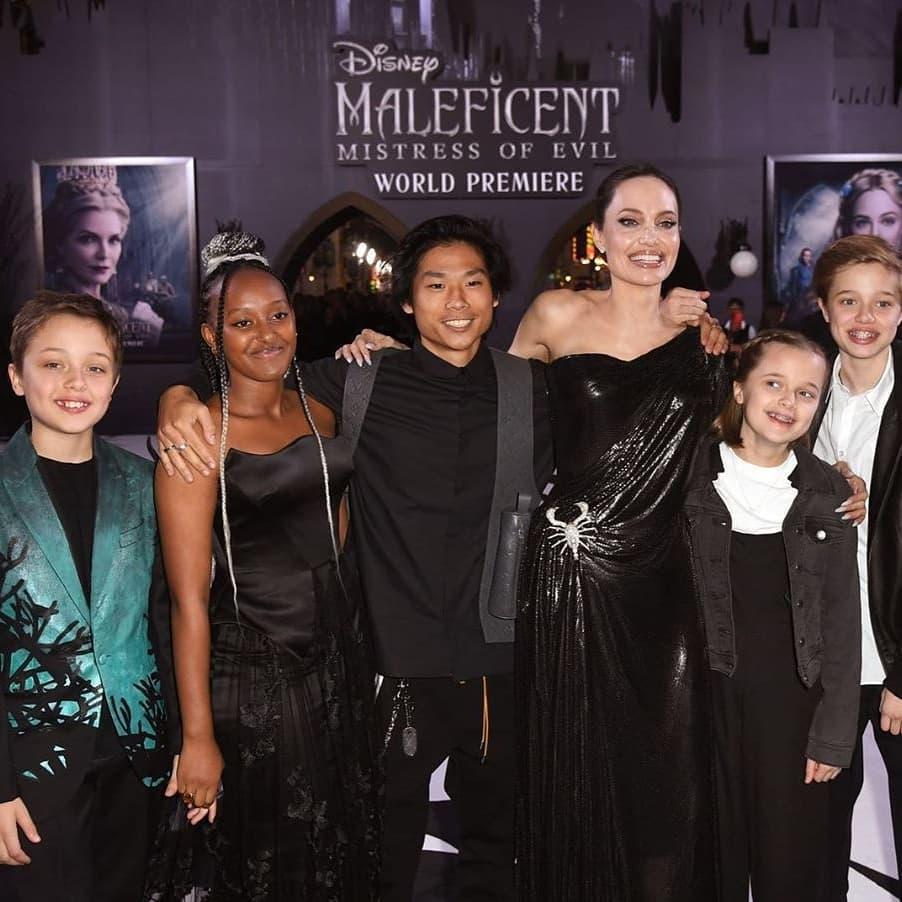 Анджелина Джоли воспитывает шестерых детей: 18-летнего Мэддокса, 16-летнего Пакса, 15-летнюю Захару, 13-летнюю Шайло и 11-летних Вивьен и Нокса