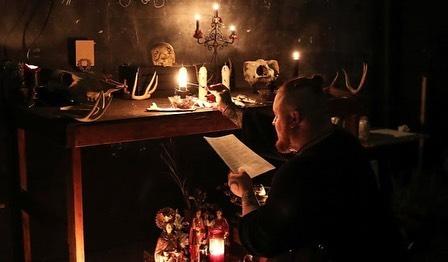 Участники ритуала черной магии читали заклинания над импровизированным алтарём со свечами и куклами вуду