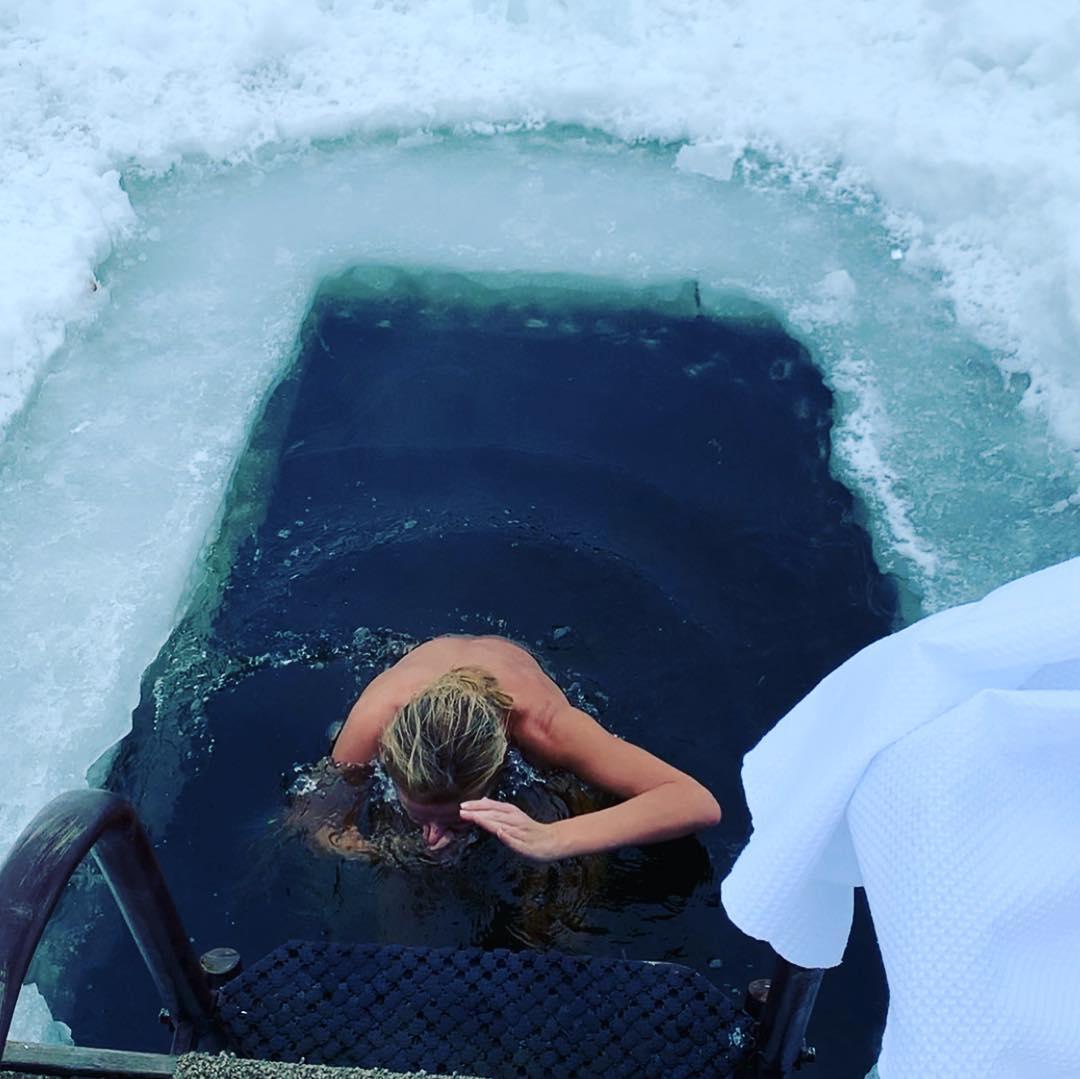 Обнаженная Навка нырнула в ледяную воду