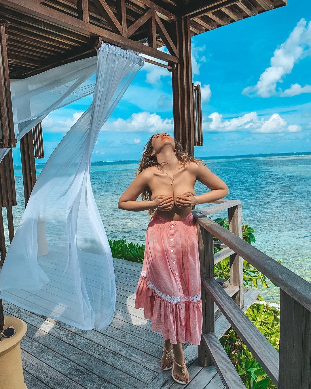 Анфиса Чехова своими мальдивскими фотосессиями свела с ума тысячи мужчин.