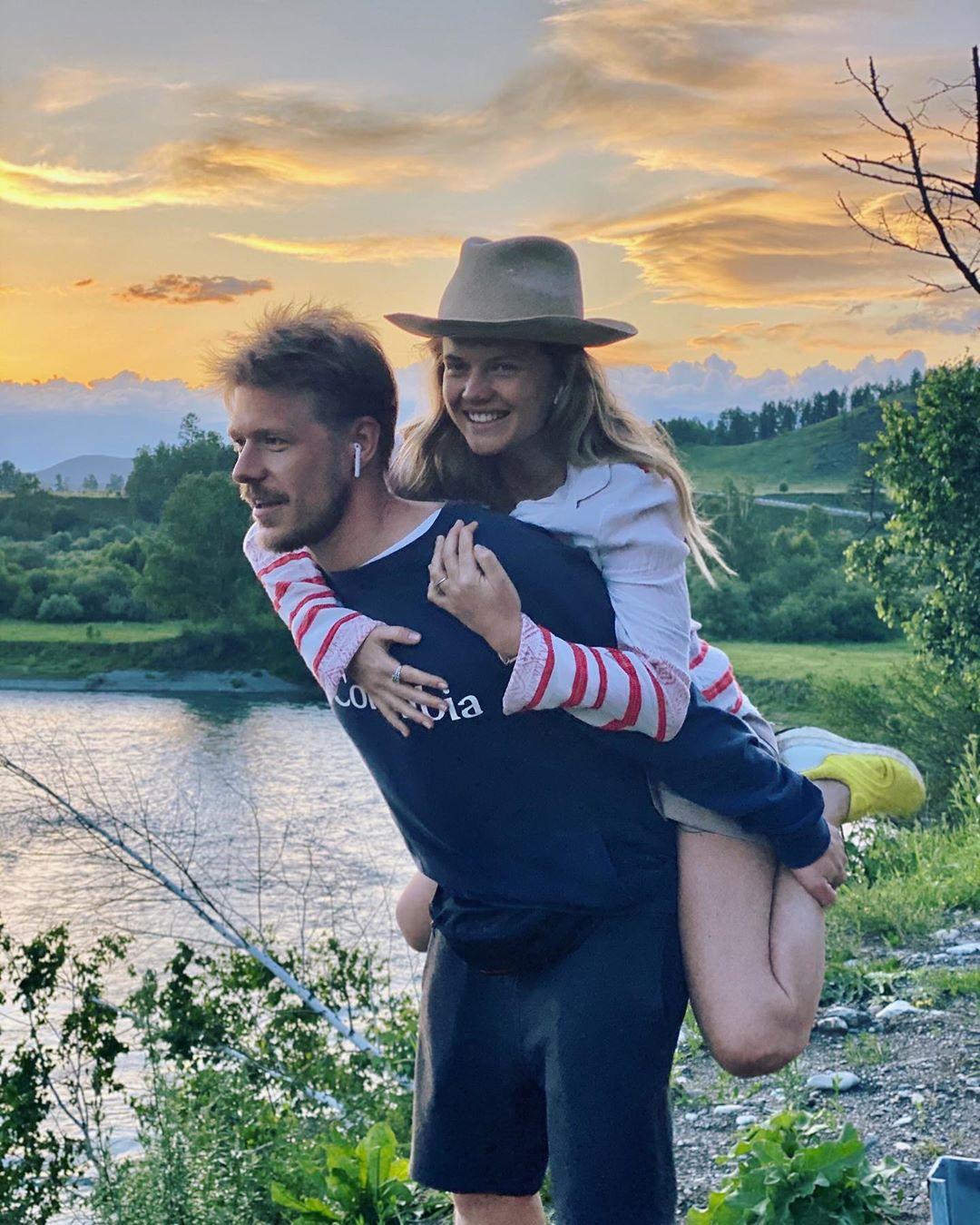 Никита Ефремов вместе со своей возлюбленной, актрисой Марией Иваковой, отдыхает на Алтае.