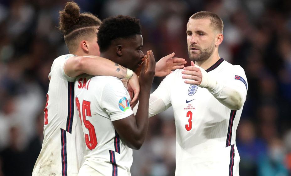 Люк Шоу и Калвин Филлипс утешают Букайо Сака, который не забил решающий пенальти в финале Евро. Фото: Reuters